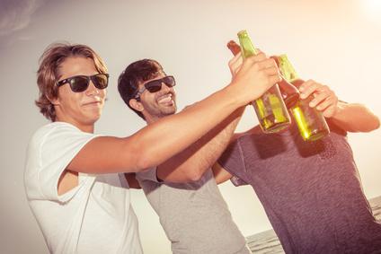 Männergruppe feiern am Strand Ihren Polterabend